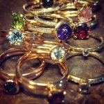 verschiedene Ringe mit farbigen Steinen liegen aufeinander