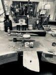 Handwerksatelier mit verschiedenen Werkzeugen auf einem Tisch